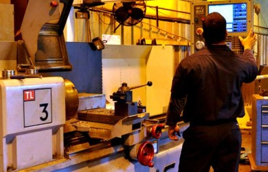 haas_cnc_machine_with_worker[1]